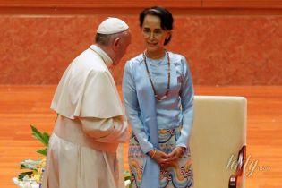 В ярком наряде и с коралловым клатчем: 72-летняя министр иностранных дел Мьянмы на встрече с Папой Римским
