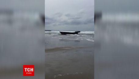 В Японии на берег штормом выбросило лодку с трупами