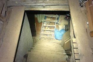 Італієць 10 років тримав жінку у брудному підвалі, катував, ґвалтував і змушував народжувати дітей