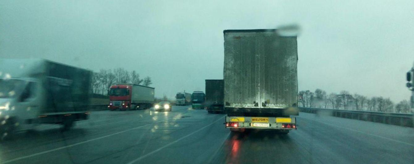На Полтавщині ожеледиця паралізувала рух транспорту, десятки автобусів не випустили в рейс