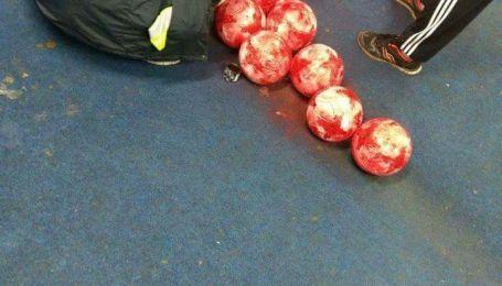 Руководство боснийского клуба решило покрасить мячи перед игрой чемпионата
