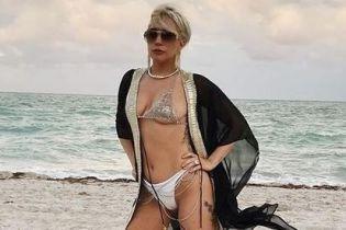 Вульгарно или сексуально: Леди Гага в бикини из камней похвасталась формами