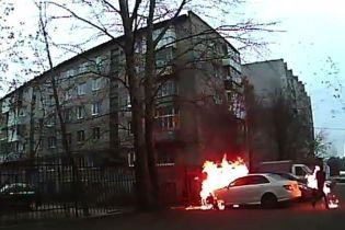 У Росії чоловік підпалив чужий Mercedes та випадково спалахнув сам