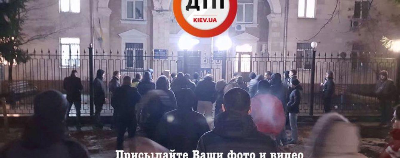 В Киеве под зданием полиции начались волнения после задержания водителя на еврономерах и с пистолетом