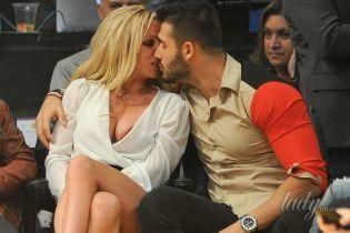 Внушительное декольте и страстные поцелуи: Бритни Спирс сходила с бойфрендом на баскетбол