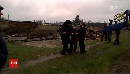 На Ровенщине женщина с вилами охраняла самовольно захваченную землю и ранила полицейского