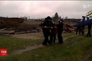 С вилами и бревном селянка прогоняла полицейских с поля на Ровенщине