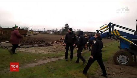 На Рівненщині селяни вилами й колодами захищали поля, де за рішенням суду має бути дорога