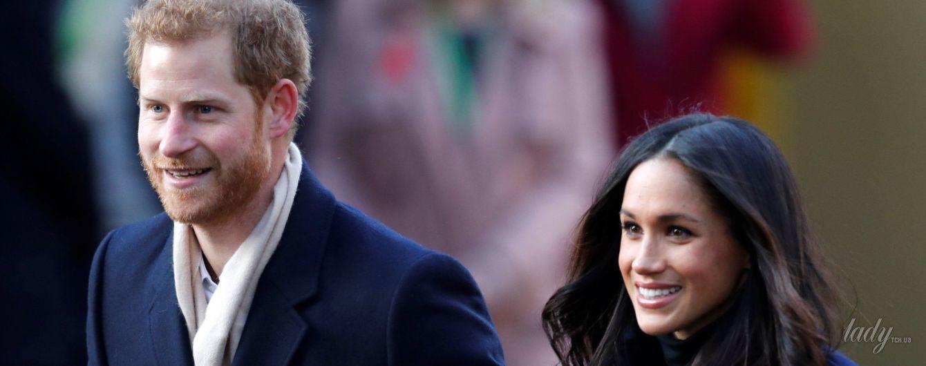 В элегантном пальто и со стильной сумкой: образ Меган Маркл в первой официальной поездке в качестве невесты Гарри