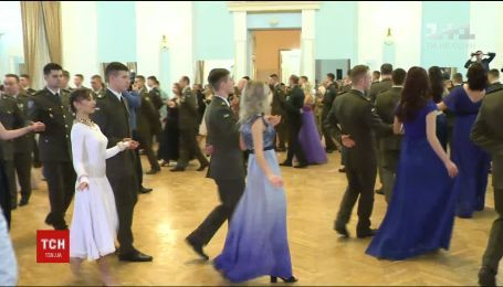 В лицее имени Богуна устроили праздничный бал, посвященный Дню Вооруженных сил Украины