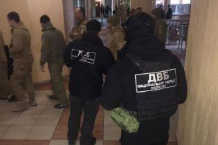 В Одесі затримали трьох поліцейських, які викрали 120 тисяч доларів з автомобіля інкасаторів