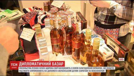 Узбекский плов и лосиное молоко: посольства разных стран в Киеве провели благотворительную ярмарку