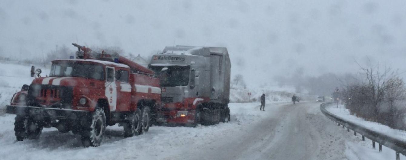 Зима свирепствует: на Западе 88 населенных пунктов остались без света