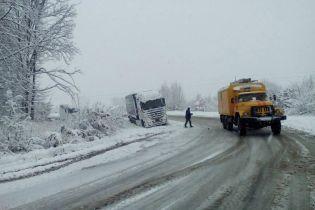 Обмеження проїзду, затори й ДТП: Захід України накрили снігові хурделиці