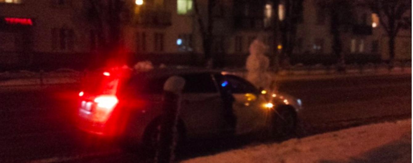 """Зимова забава: у Луцьку примостили сніговика на капоті авто і влаштували """"покатушки"""" містом"""