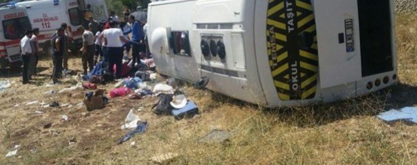 В Тунисе автобус с туристами попал в аварию: полсотни пассажиров получили травмы