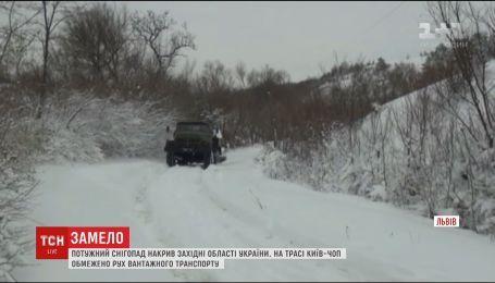 Перевернутый автобус и отменен футбольный матч - Запад Украины накрыл снегопад
