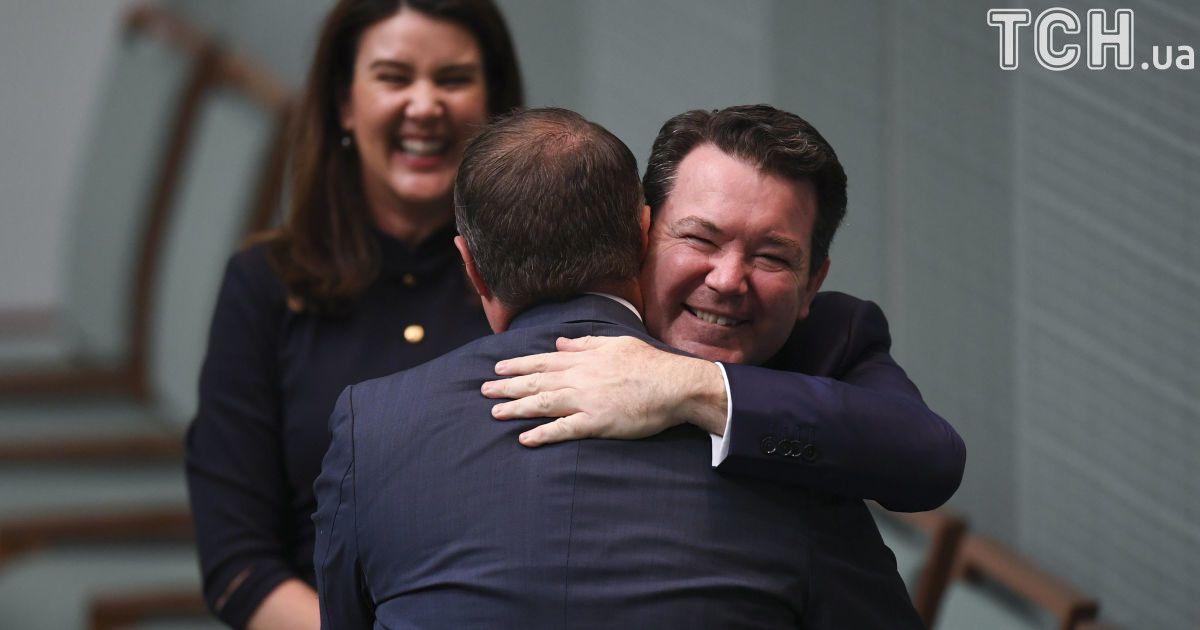 Вілсона привітав ліберальний сенатор Дін Сміт після того, як він освідчився своєму партнерові @ Reuters