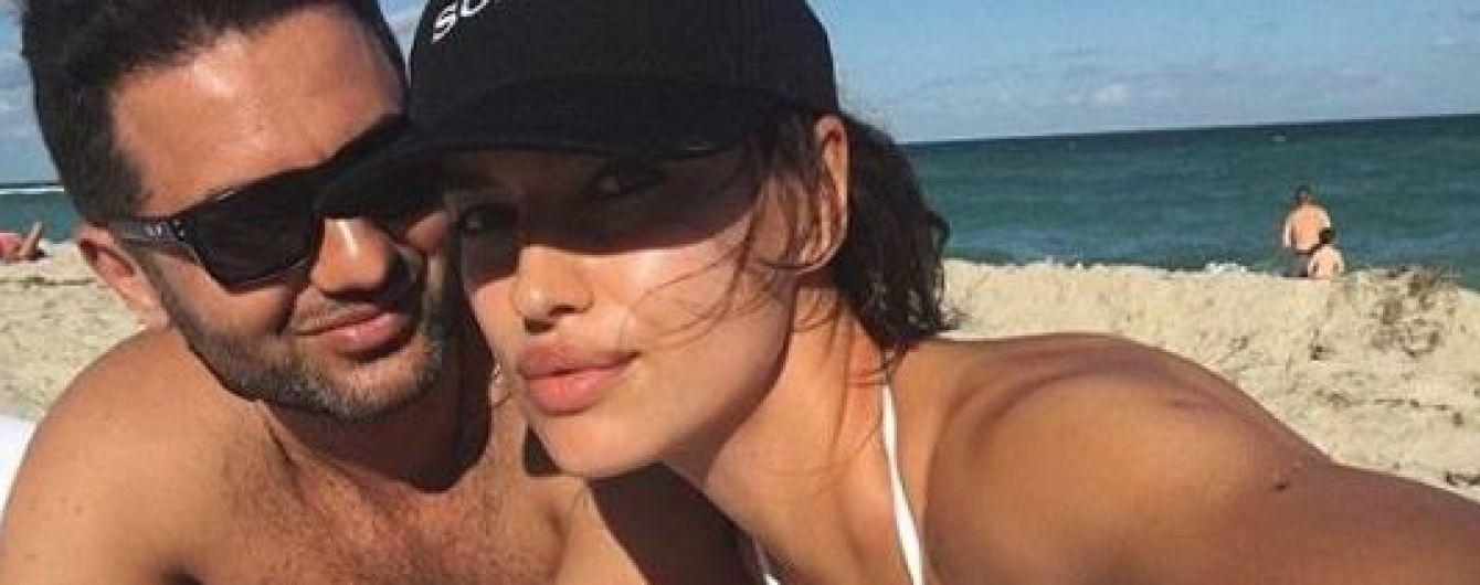 Ирина Шейк похвасталась пышной грудью в белом бикини
