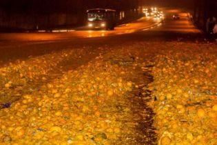 Тонны мандаринов прямо на дороге: в Днепре фура потеряла часть груза