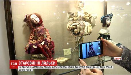 У Дніпровському історичному музеї відкрили виставку авторських ляльок