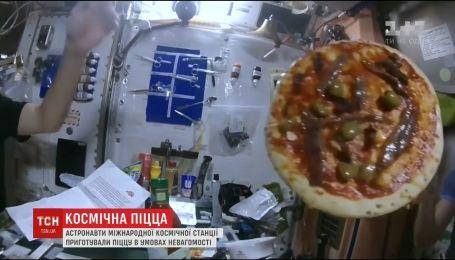 Пицца в космосе. Астронавты приготовили пиццу в условиях невесомости