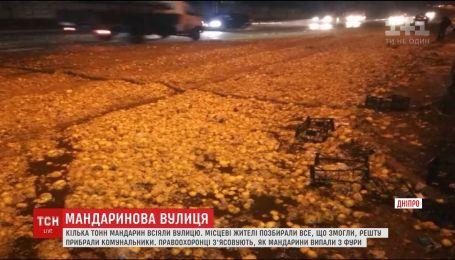 Фура с мандаринами перевернулась в Днепре