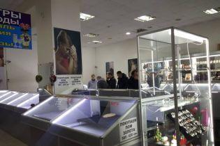 В Николаеве неизвестные среди дня ограбили ювелирный магазин и со стрельбой сбежали от полиции