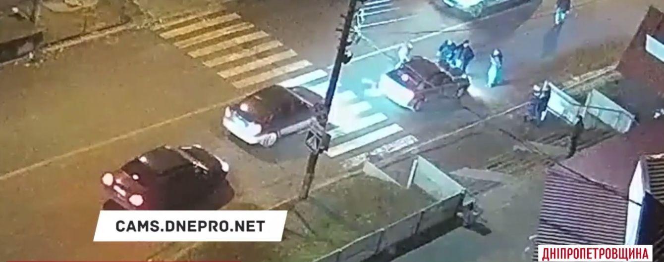 """У Кам'янському перехожі зупинили машину, котра збила на """"зебрі""""маму з дитиною та намагалася втекти"""
