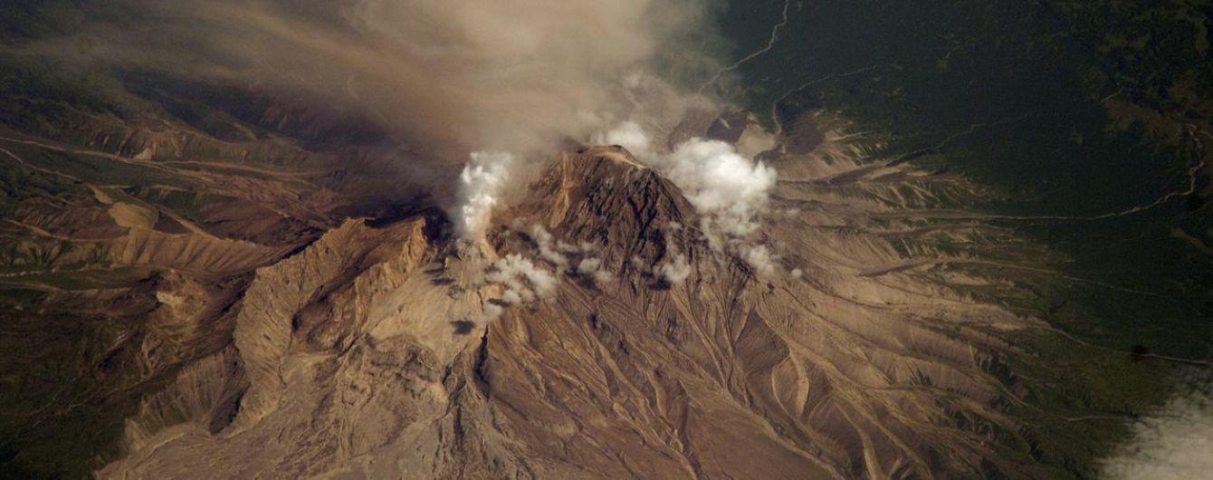 """Вулкан в РФ """"виплюнув"""" попіл на висоту 10 тис. м над рівнем моря"""