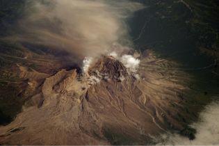 """Вулкан в РФ """"выплюнул"""" пепел на высоту 10 тыс. м над уровнем моря"""