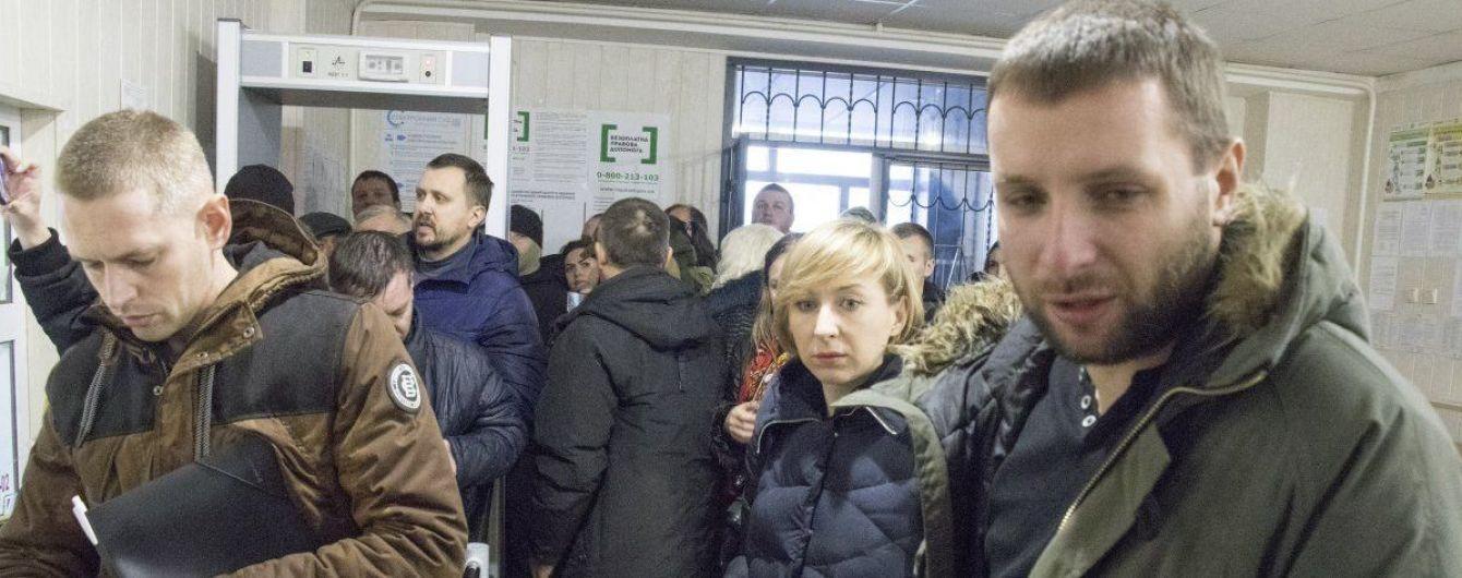 Парасюк в суде ударил полицейского