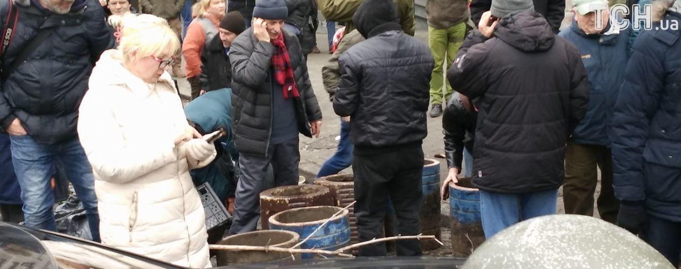 Сторонники Саакашвили возводят баррикады из урн и ветвей деревьев