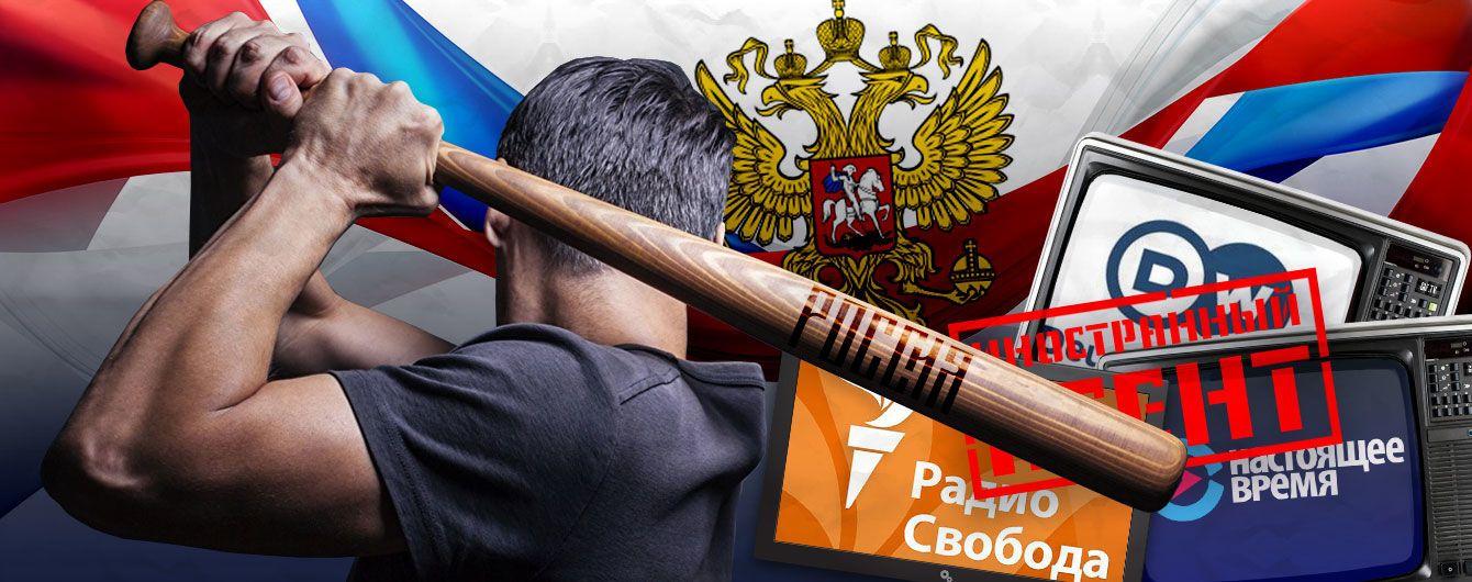 Бейсбольная бита в руке Кремля