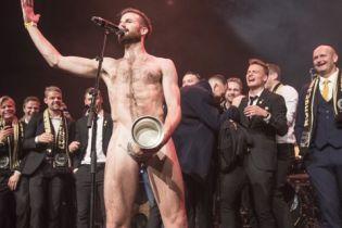 Норвежский футболист отпраздновал победу в турнире с кубком на интимном месте