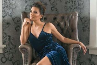 В бархатном платье и босоножках с мехом: элегантный образ Евы Лонгории