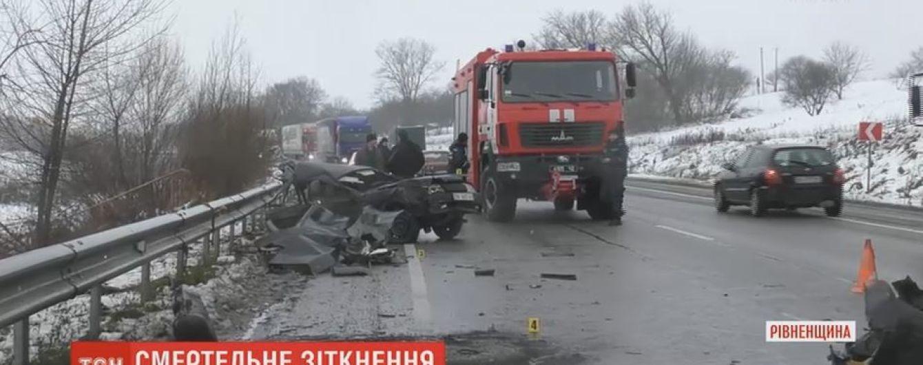На трассе Киев-Чоп загорелся автомобиль после столкновения с автобусом