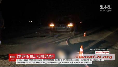 Под Николаевом машина насмерть сбила женщину, которая убегала со срубленной сосной