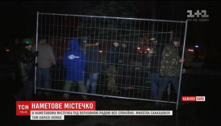 Люди в палаточном городке возле ВР укрепляют баррикады