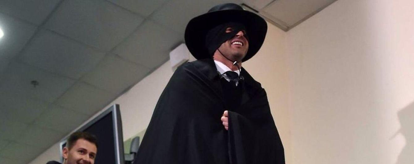 Появилось видео, как Фонсека ворвался к журналистам в костюме Зорро