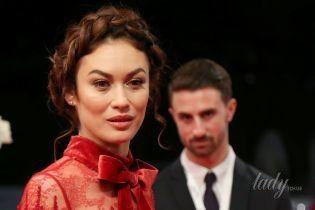 В алом платье с бархатным поясом: Ольга Куриленко на фестивале в Дубае