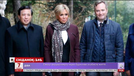 Супруга президента Франции вышла в свет в кожаных леггинсах