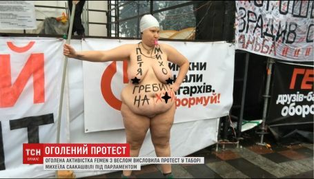 """Обнаженная активиста """"Фемен"""" посетила палаточный городок"""