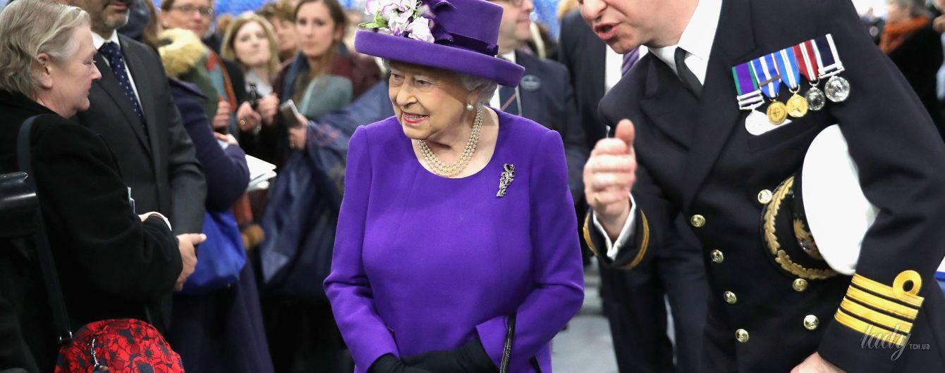 В очередном ярком платье: королева Елизавета II приехала на военно-морскую базу