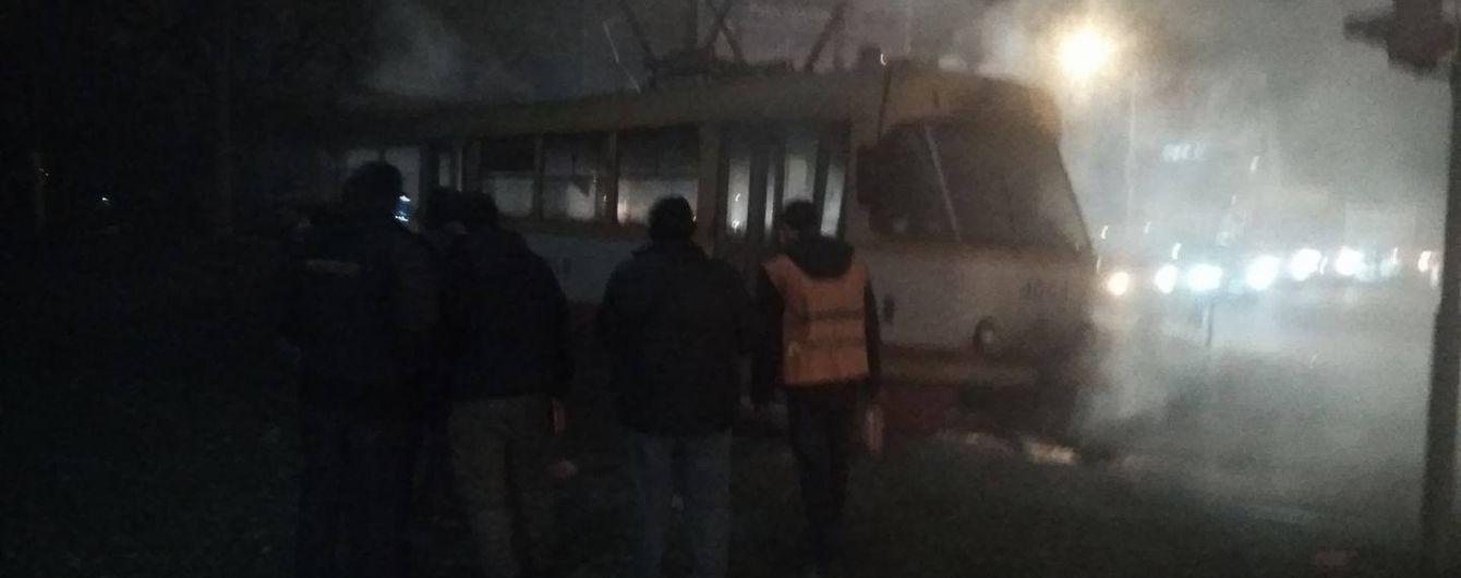 В Одессе загорелся трамвай с пассажирами и заклинило дверь – через давку и дым есть травмированные