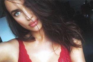 Секси-мамочка: Ирина Шейк похвасталась пышной грудью в кружевном белье