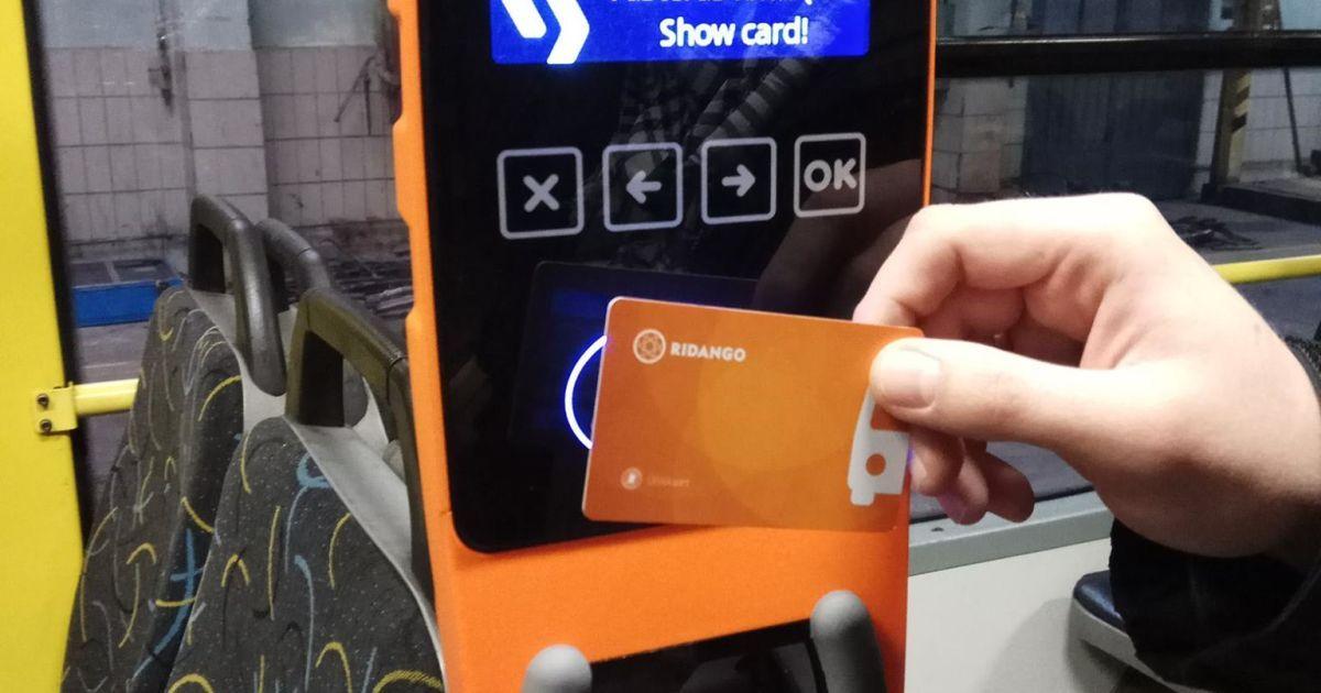 Франківці звикають платити за проїзд безготівково
