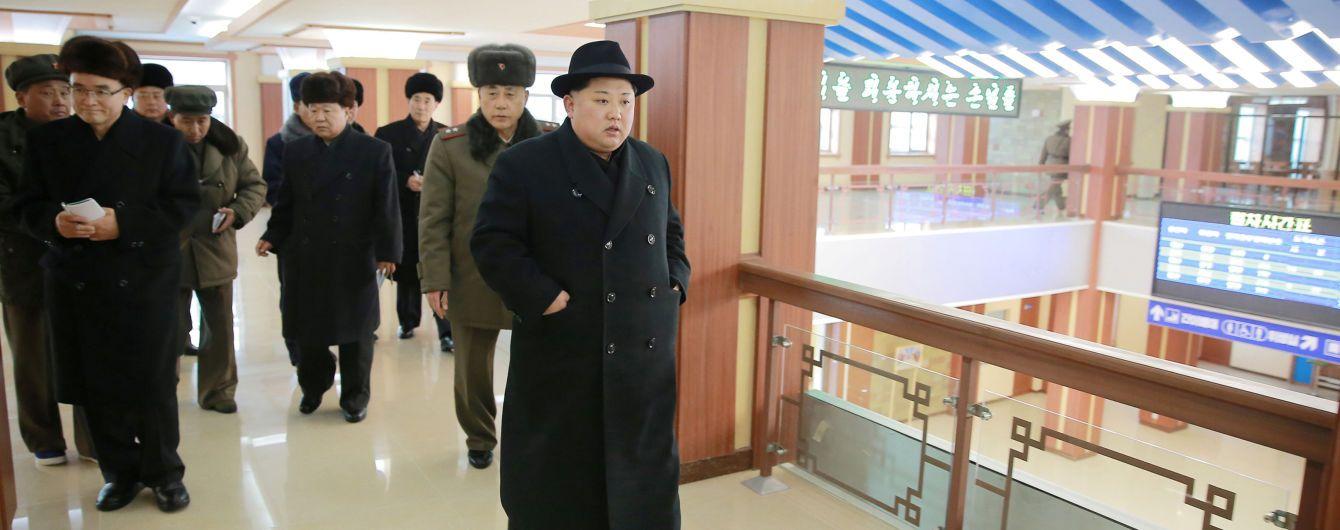 """В США объяснили, почему Трамп назвал Ким Чен Ына """"очень порядочным человеком"""""""