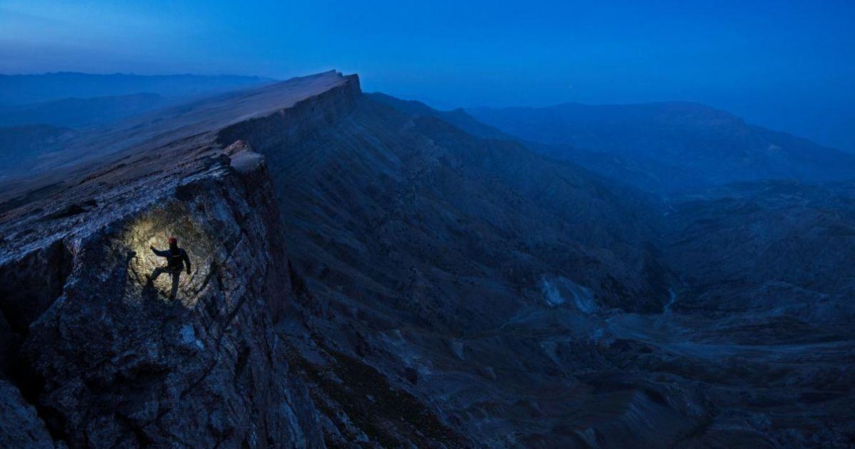 Письменник Марк Синнотт на горі в Узбекистані.