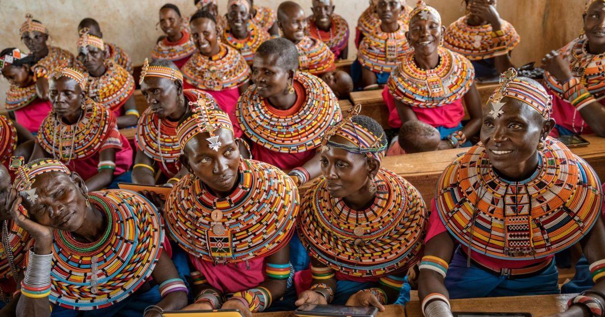Жінки у селищі біля Найробі вчаться працювати із планшетами, які підключені до Інтернету через супутник. Така технологія зараз практикується в ізольованих регіонах Африки.